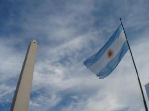 obelisco con bandera
